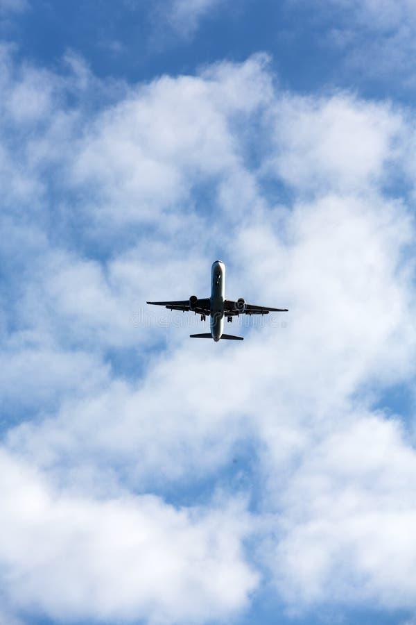 Πετώντας αεροπλάνο στον όμορφο καιρό στοκ φωτογραφίες