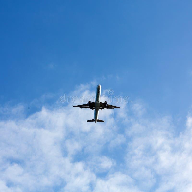 Πετώντας αεροπλάνο στον όμορφο καιρό στοκ φωτογραφία