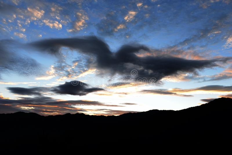 Πετώντας αετός κάτω από τα σύννεφα στοκ εικόνες