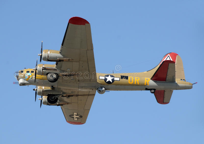Πετώντας βομβαρδιστικό αεροπλάνο φρουρίων κατά την πτήση στοκ φωτογραφίες