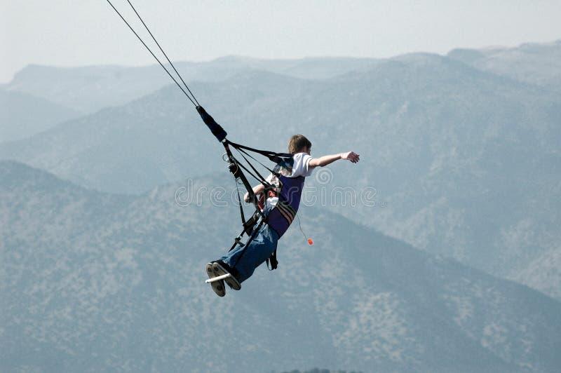 πετώντας βουνά ατόμων πέρα α&p στοκ φωτογραφίες με δικαίωμα ελεύθερης χρήσης