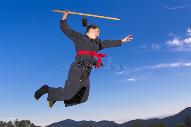 πετώντας γυναίκα ninja katana στοκ εικόνες