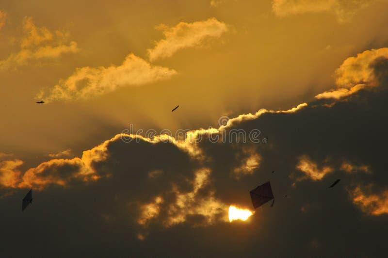 Πετώντας ικτίνοι στον ουρανό στην Ινδία Σύννεφα με τη χρυσή επένδυση στοκ φωτογραφίες με δικαίωμα ελεύθερης χρήσης