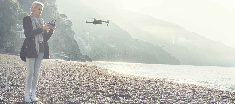 Πετώντας κηφήνας νέων κοριτσιών πέρα από την ιταλική ακτή στοκ φωτογραφίες