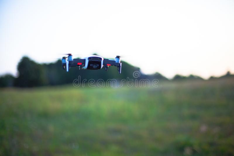 Πετώντας κηφήνας στα πλαίσια ενός πράσινου τομέα στοκ εικόνες