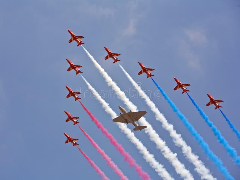 πετώντας συγχρονισμένη σχηματισμοί ομάδα πτήσης στοκ εικόνα