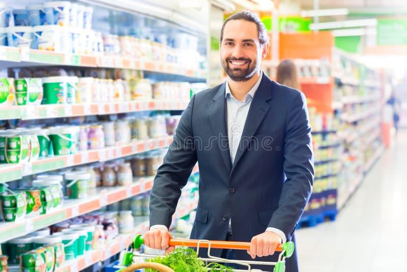 Πελάτης με τη χειράμαξα στην υπεραγορά στοκ φωτογραφία