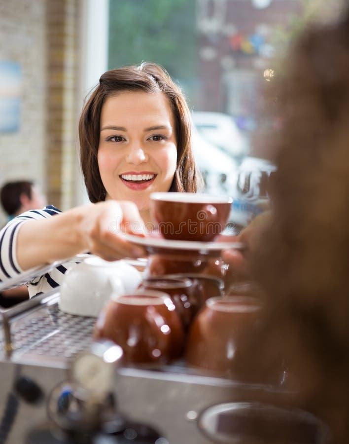 Πελάτης που παίρνει τον καφέ από τη σερβιτόρα στον καφέ στοκ φωτογραφίες με δικαίωμα ελεύθερης χρήσης