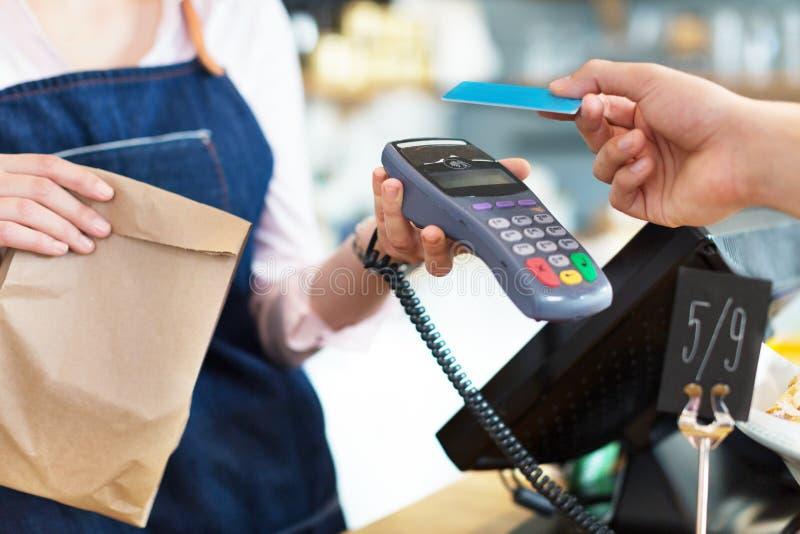 Πελάτης που πληρώνει μέσω της πιστωτικής κάρτας στοκ εικόνα με δικαίωμα ελεύθερης χρήσης