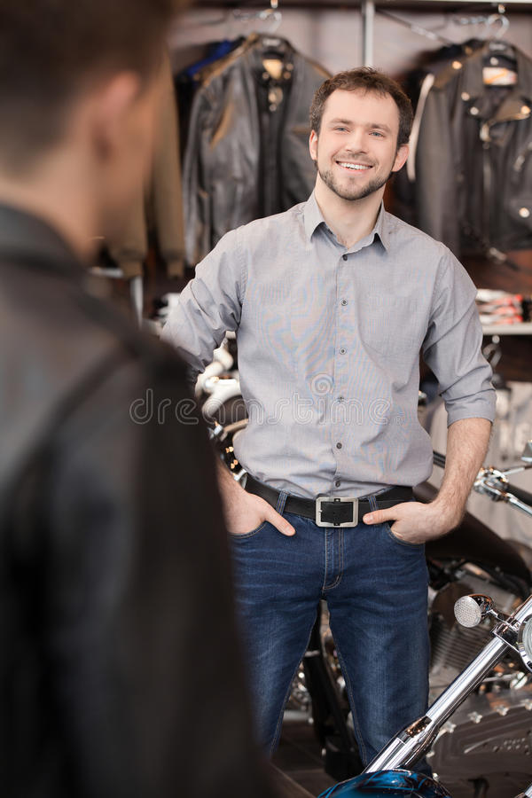 Πελάτης συνεδρίασης. Εύθυμη νέα εκτελεστική συνεδρίαση των πωλήσεων custume στοκ εικόνα