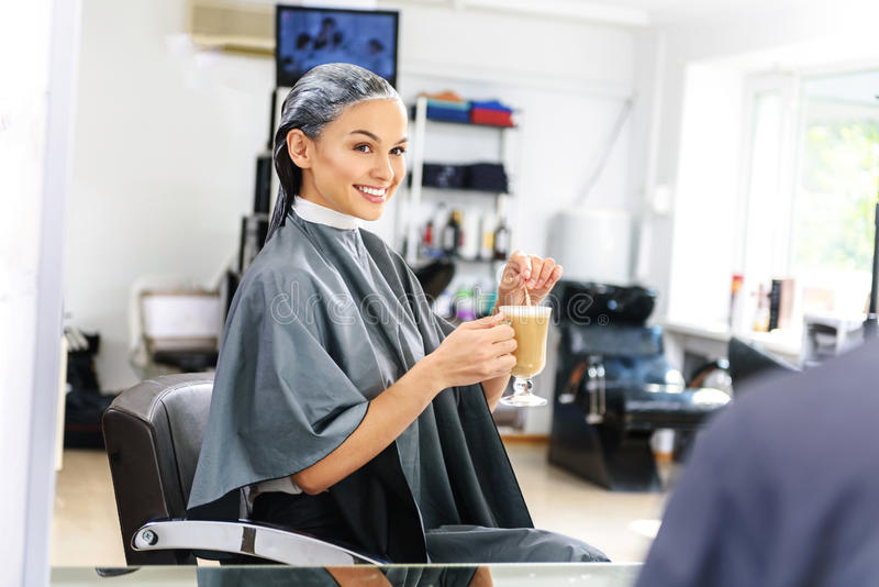 Πελάτης του barbershop που περιμένει με τον καφέ στοκ φωτογραφία