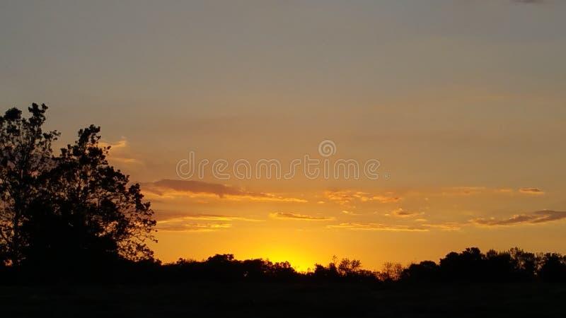 πεδίο πέρα από το ηλιοβασί&lam στοκ εικόνα με δικαίωμα ελεύθερης χρήσης