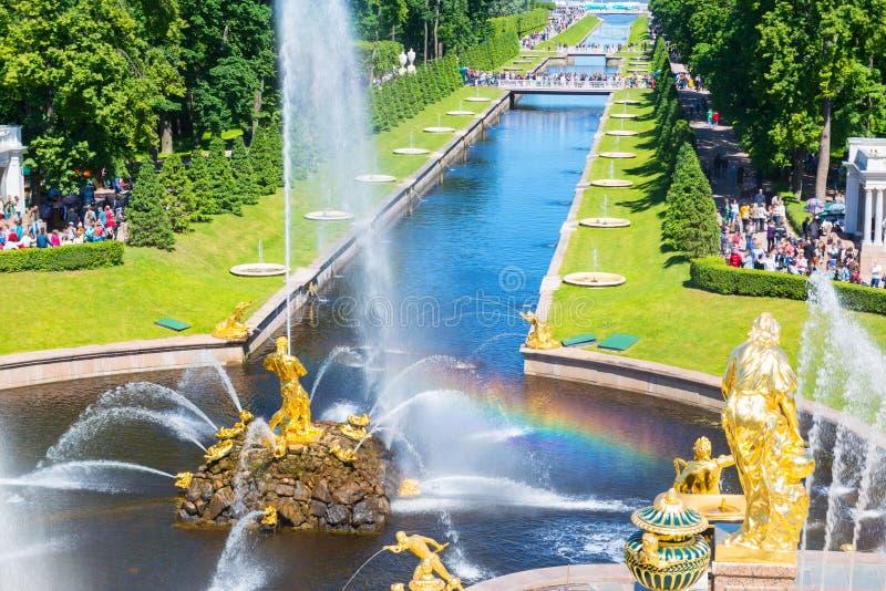Πηγές και κανάλι θάλασσας στο παλάτι Perterhof, Άγιος Πετρούπολη στοκ φωτογραφίες