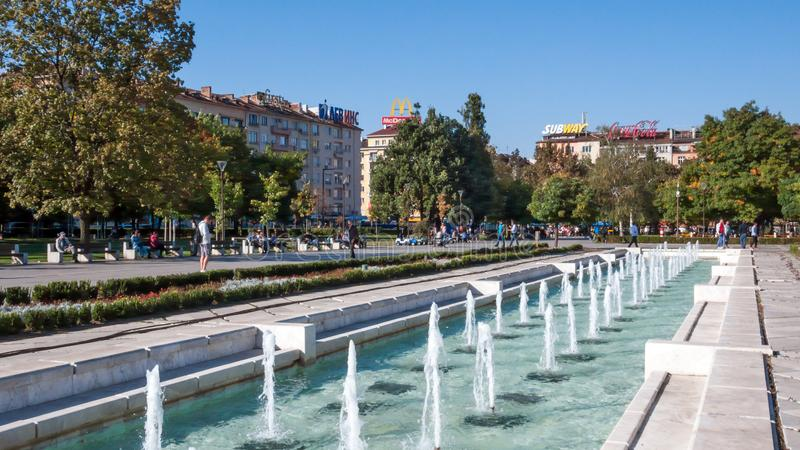 Πηγές μπροστά από το εθνικό παλάτι του πολιτισμού στη Sofia, Βουλγαρία στοκ φωτογραφία