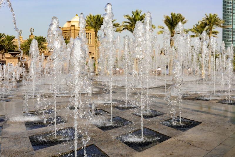Πηγές μπροστά από το παλάτι εμιράτων, Αμπού Ντάμπι στοκ εικόνες