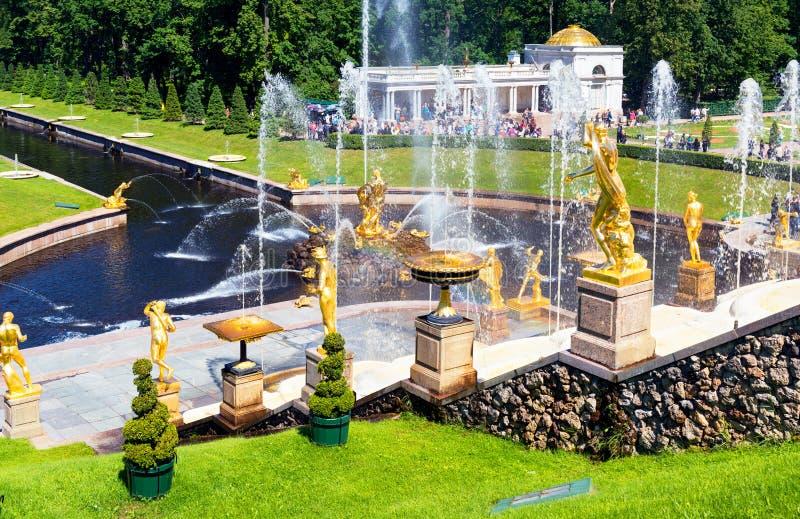 Πηγές στο παλάτι Peterhof, Άγιος Πετρούπολη, Ρωσία στοκ εικόνες