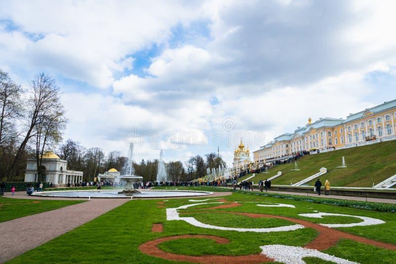 Πηγές Peterhof και άποψη και τουρίστες παλατιών σε Άγιο Πετρούπολη στοκ εικόνες