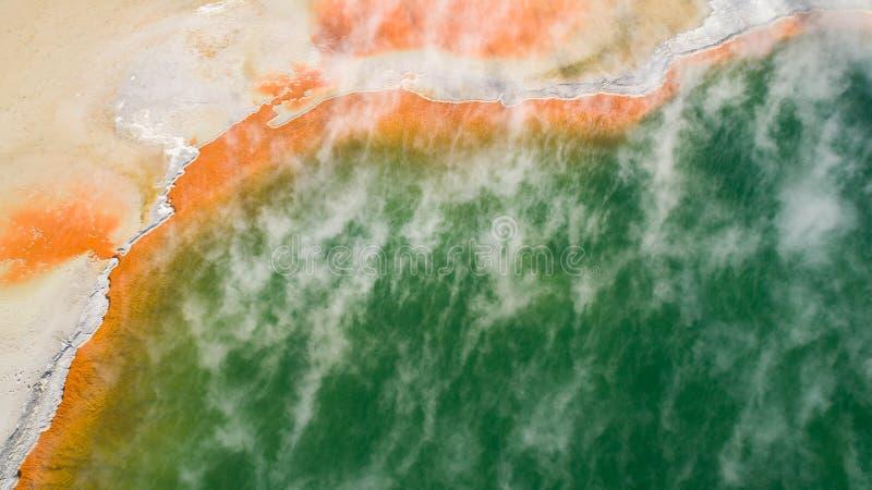 Πηγή ζεστού νερού που βλέπει από τον κηφήνα στοκ εικόνες με δικαίωμα ελεύθερης χρήσης
