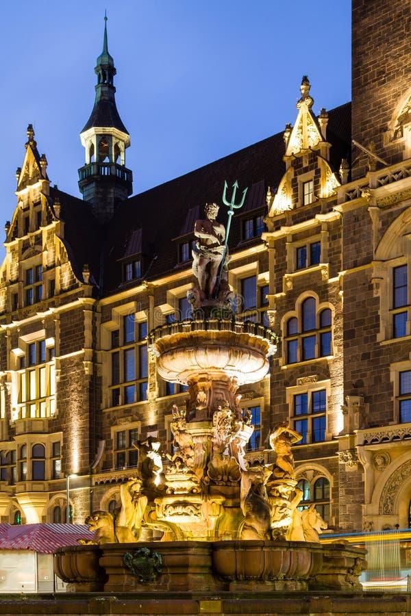 Πηγή ιωβηλαίου μπροστά από το Δημαρχείο σε Βούπερταλ-Elberfeld κοντά σε Nacht Γερμανία στοκ εικόνες με δικαίωμα ελεύθερης χρήσης