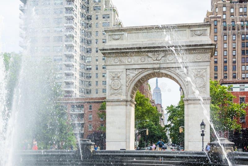 Πηγή και αψίδα στο τετραγωνικό πάρκο της Ουάσιγκτον, στο Greenwich Village, Μανχάταν, πόλη της Νέας Υόρκης στοκ εικόνες