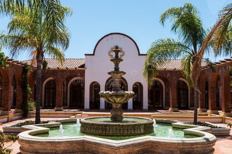 Πηγή και προαύλιο της οινοποιίας του Guadalupe πλίθας ύφους Hacienda στοκ εικόνα