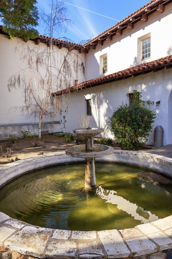 Πηγή Καλιφόρνια προαυλίων του San Luis Obispo de Tolosa αποστολής στοκ φωτογραφία