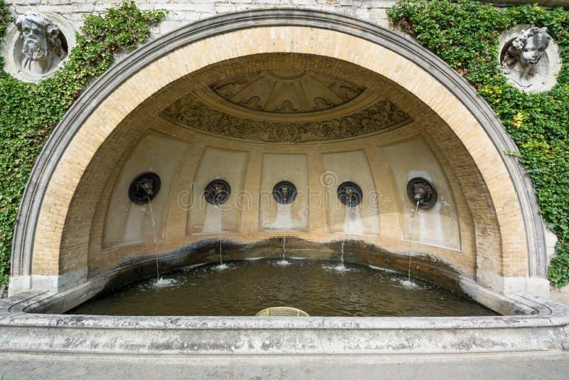Πηγή κοντά στο παλάτι θερμοκηπίων πορτοκαλιών στο πάρκο Sanssouci στοκ εικόνα με δικαίωμα ελεύθερης χρήσης