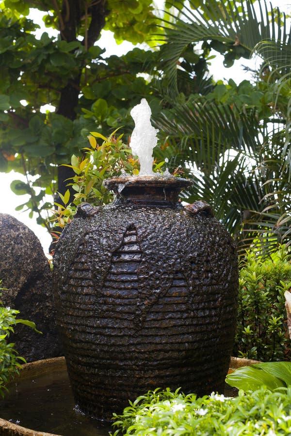 Πηγή με το νερό με μορφή αμφορέα στον κήπο στοκ εικόνα με δικαίωμα ελεύθερης χρήσης