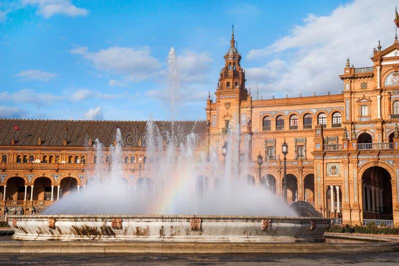 Πηγή με το ουράνιο τόξο Plaza de Espana σε Sevillle στοκ εικόνα