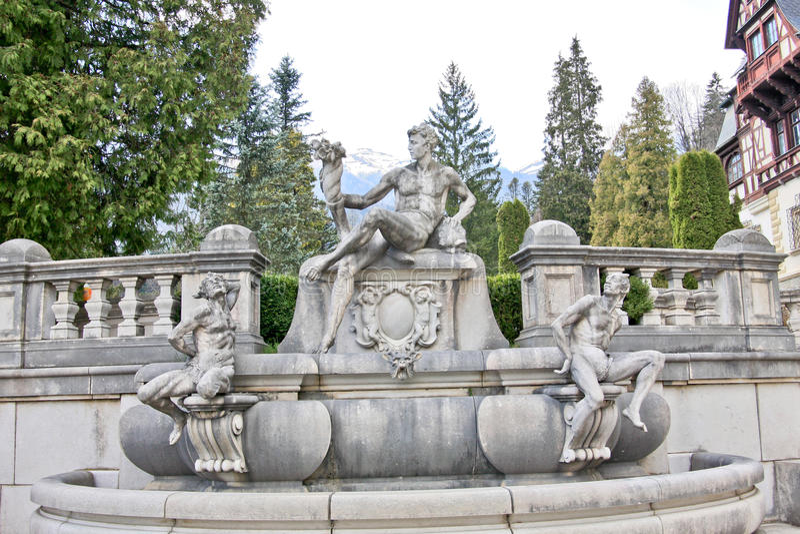 Πηγή με τρία αγάλματα σε Peles Castle, Ρουμανία στοκ εικόνες με δικαίωμα ελεύθερης χρήσης