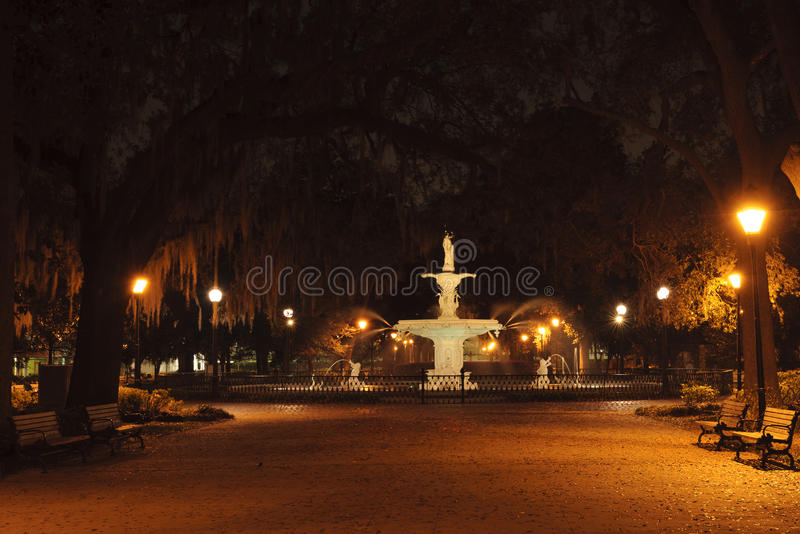 Πηγή πάρκων Forsyth τη νύχτα στην πόλη της σαβάνας, GA στοκ εικόνα
