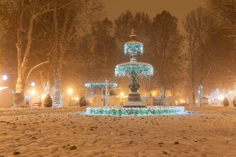 Πηγή πάρκων Zrinjevac που διακοσμείται από τα φω'τα Χριστουγέννων ως τμήμα της εμφάνισης στο Ζάγκρεμπ στοκ φωτογραφίες