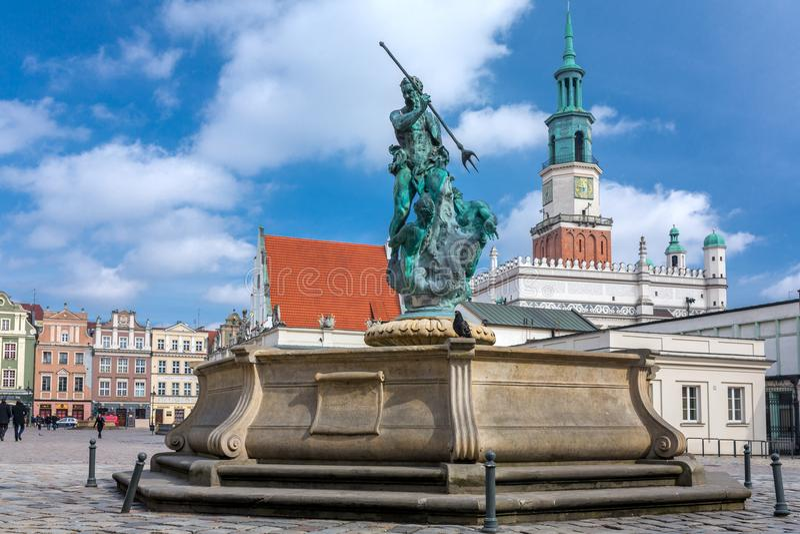 Πηγή Ποσειδώνα με τον πύργο αιθουσών πόλεων στο υπόβαθρο στην κύρια πλατεία Rynek αγοράς στην παλαιά κωμόπολη του Πόζναν, Πολωνία στοκ εικόνες