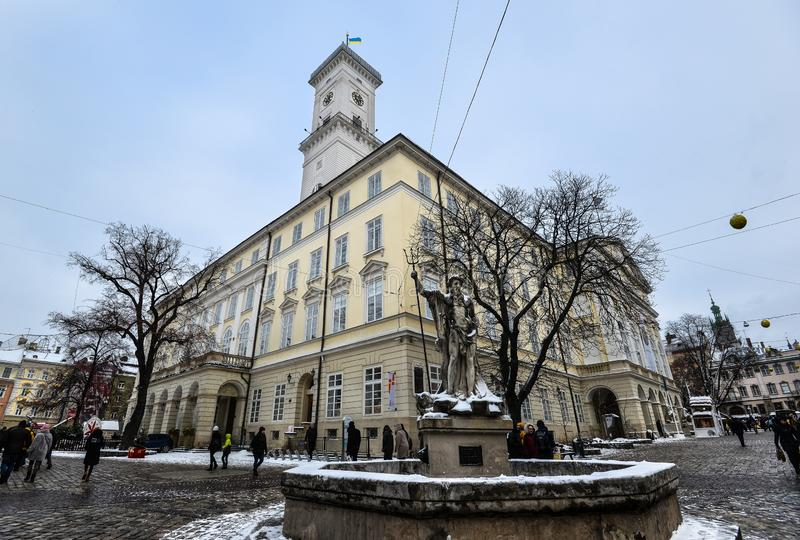 Πηγή Ποσειδώνα στο τετράγωνο αγοράς σε Lviv κοντά στο Δημαρχείο, Ουκρανία στοκ εικόνα