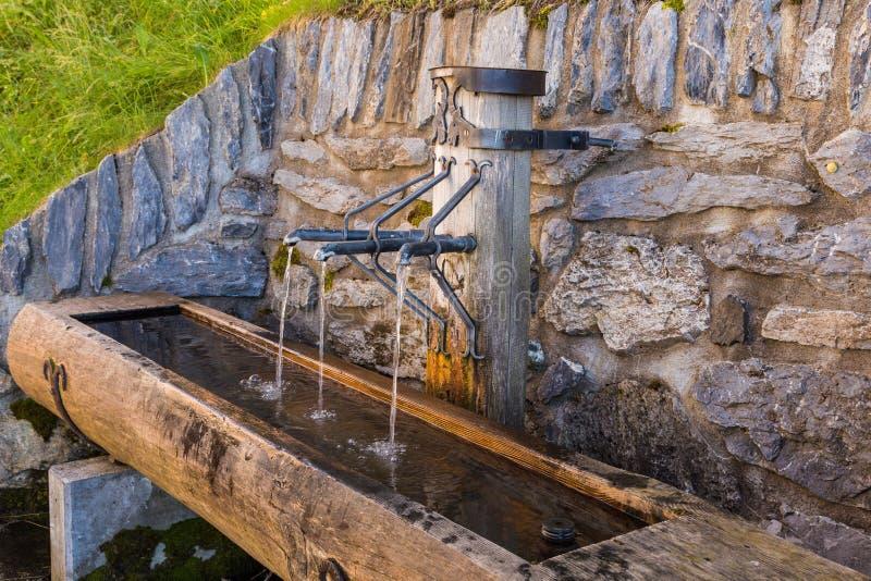 Πηγή πόσιμου νερού στην εκλεκτής ποιότητας πόλη Murren στην ορεινή περιοχή Ελβετία στοκ εικόνα
