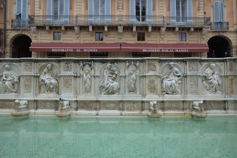 Πηγή στην πλατεία Del Campo στη Σιένα, Ιταλία στοκ εικόνες