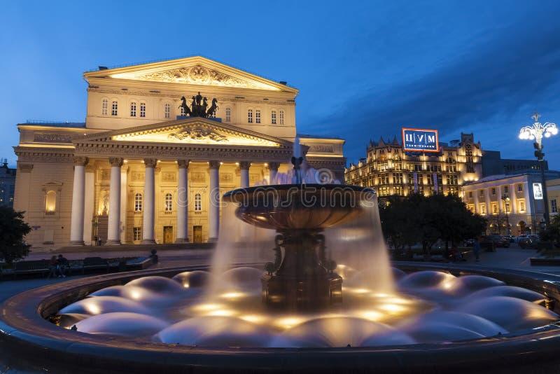 Πηγή στο πάρκο κοντά στο θέατρο Bolshoi τη νύχτα, Μόσχα στοκ εικόνα