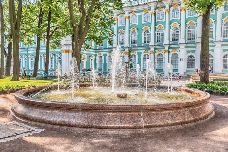 Πηγή στο προαύλιο του χειμερινού παλατιού, Αγία Πετρούπολη, Russ στοκ φωτογραφία με δικαίωμα ελεύθερης χρήσης
