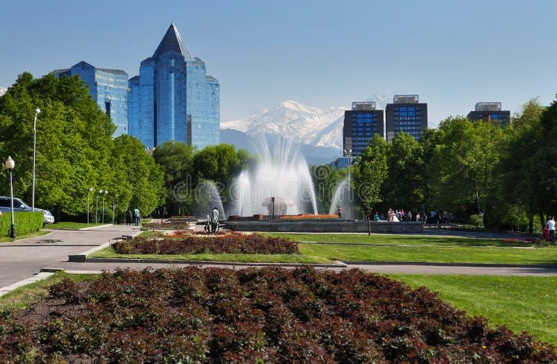 Πηγή στο τετράγωνο Δημοκρατίας στο Αλμάτι, Καζακστάν στοκ εικόνα