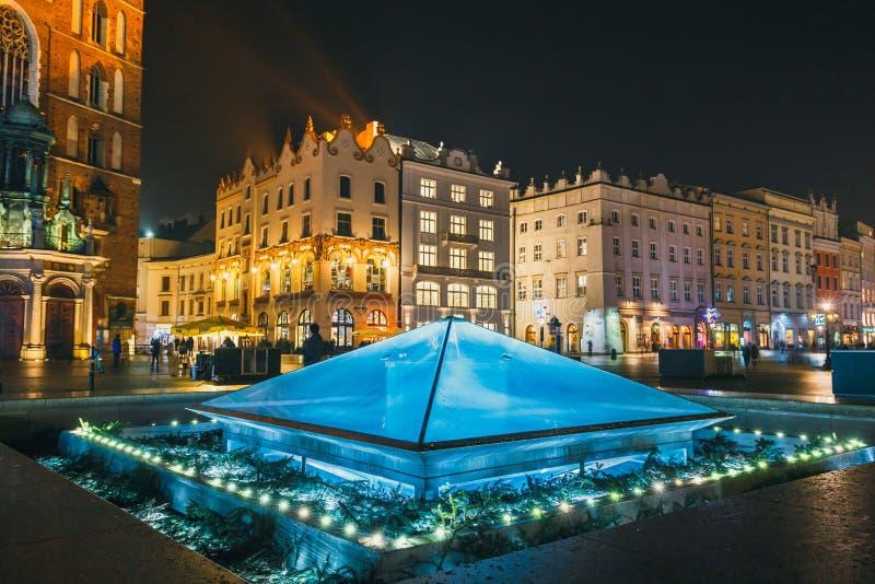 Πηγή τη νύχτα στο κύριο τετράγωνο της πόλης της Κρακοβίας, Πολωνία στοκ φωτογραφία με δικαίωμα ελεύθερης χρήσης