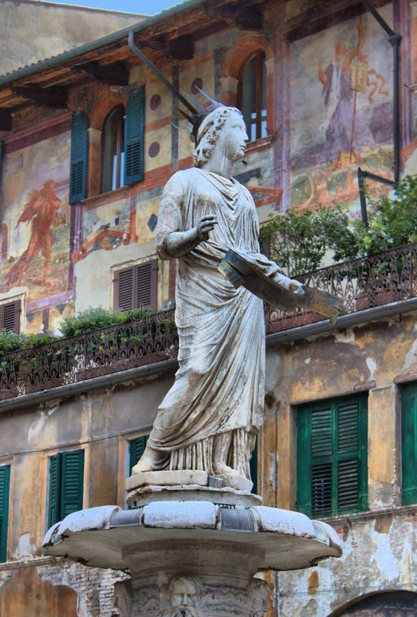 Πηγή του Madonna στην πλατεία delle Erbe στοκ φωτογραφίες