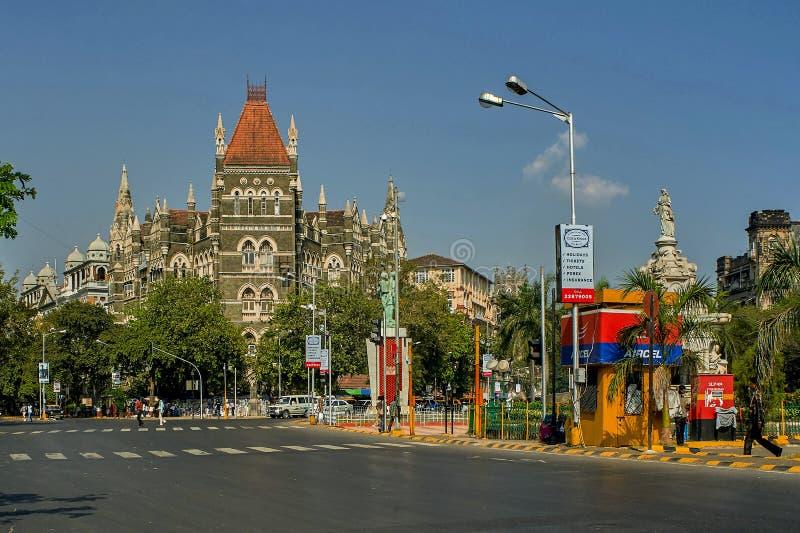 Πηγή χλωρίδας και ασιατικό παλαιό κτήριο στο μπλε ουρανό σε ηλιόλουστο στην περιοχή οχυρών σε Mumbai, στοκ εικόνα με δικαίωμα ελεύθερης χρήσης