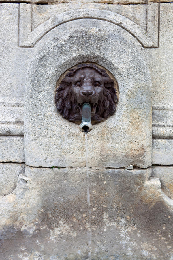 Πηγή ύδατος, κεφάλι λιονταριών φιαγμένο από χαλκό στοκ εικόνα