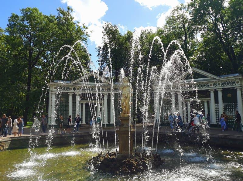 """Πηγή """"Adam """"στο χαμηλότερο πάρκο Peterhof στοκ εικόνα"""