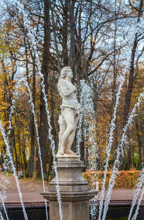 Πηγή Adam στο χαμηλότερο πάρκο Peterhof στοκ εικόνες