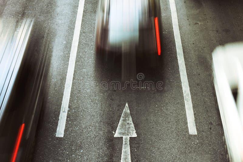 Πηγαίνετε προς τα εμπρός, επιταχύνετε τη μετακίνηση αυτοκινήτων στο δρόμο πόλεων στοκ φωτογραφία με δικαίωμα ελεύθερης χρήσης