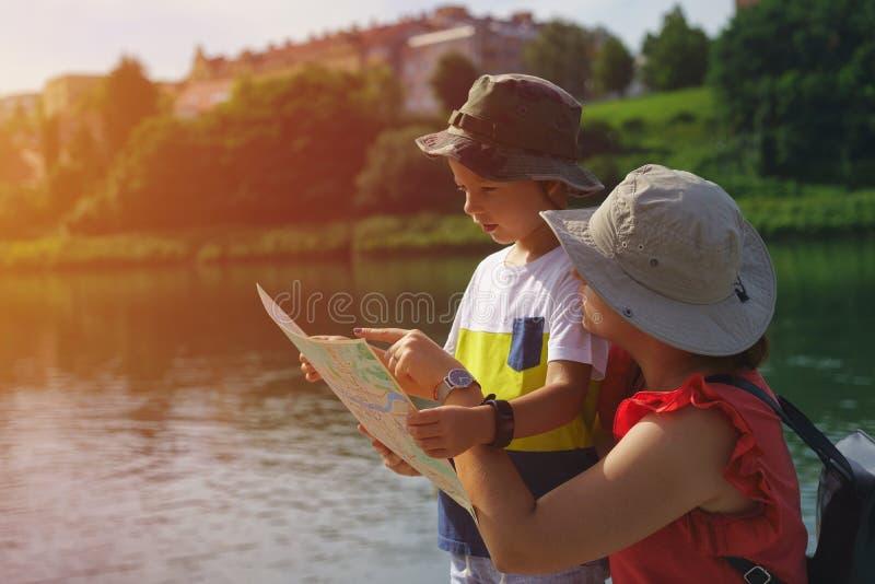 Πηγαίνετε σε μια περιπέτεια! Ευτυχής οικογένεια που προετοιμάζεται για το ταξίδι mom στοκ εικόνα
