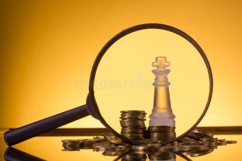 _ Πηγαίνετε στην τράπεζα Χρυσές στήλες των νομισμάτων στο πράσινο υπόβαθρο στοκ φωτογραφίες με δικαίωμα ελεύθερης χρήσης
