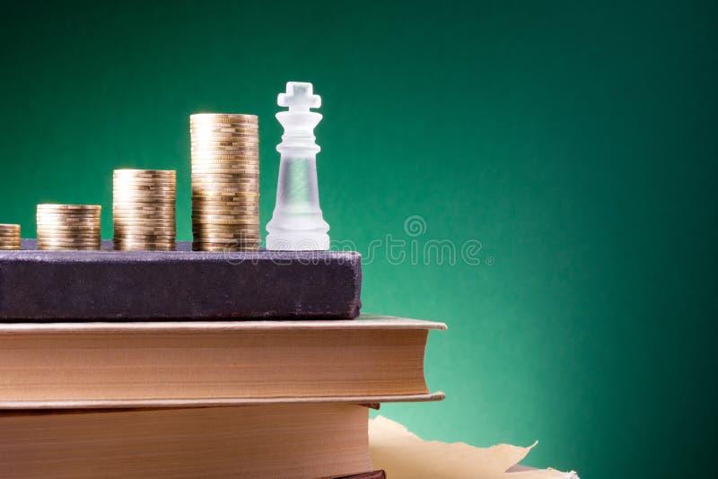 _ Πηγαίνετε στην τράπεζα Χρυσές στήλες των νομισμάτων στο πράσινο υπόβαθρο στοκ εικόνα
