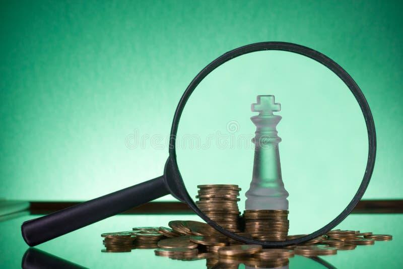 _ Πηγαίνετε στην τράπεζα Χρυσές στήλες των νομισμάτων στο πράσινο υπόβαθρο στοκ εικόνα με δικαίωμα ελεύθερης χρήσης